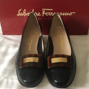 SALVATORE FERRAGAMO BLACK LEATHER LOW-HEEL PUMPS